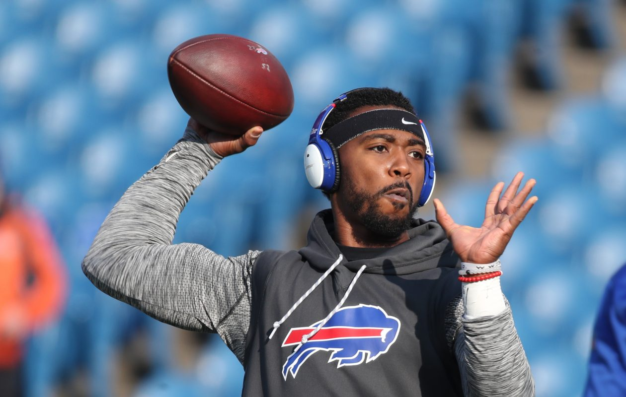 Buffalo Bills quarterback Tyrod Taylor throws a pass during warmups (James P. McCoy/Buffalo News)