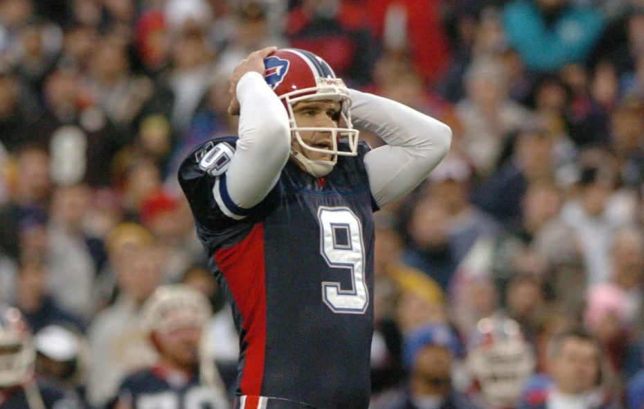 Rian Lindell reacts to missing a field goal during the second half in the final game of the 2004 season on Jan. 2, 2005. (Mark Mulville/News file photo)