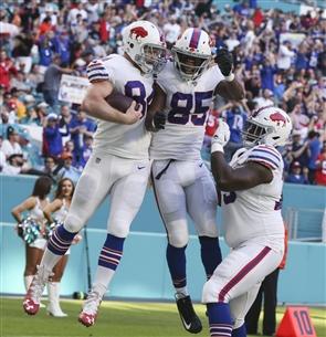 Nick O'Leary celebrates a TD catch. (James P. McCoy/Buffalo News)