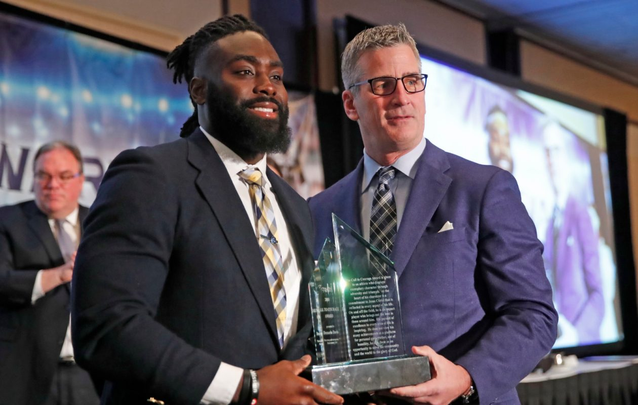 Demario Davis receives the Call to Courage Award from Frank Reich. (Harry Scull Jr./Buffalo News)
