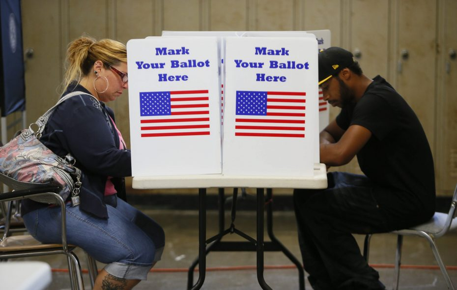 Voters fill out ballots in the 2012 primary. (Derek Gee/News file photo)