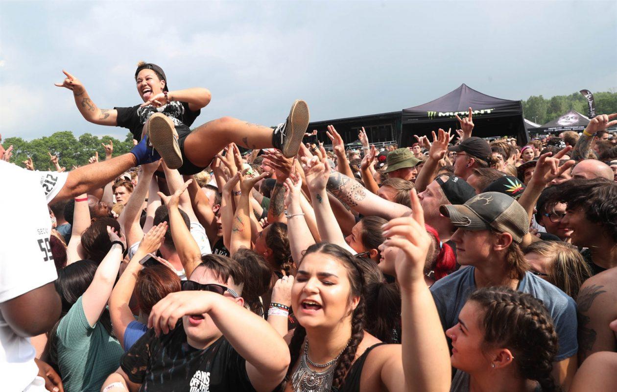 Music fans got into the spirit of the Warped Tour at Darien Lake. (Sharon Cantillon/The Buffalo News)