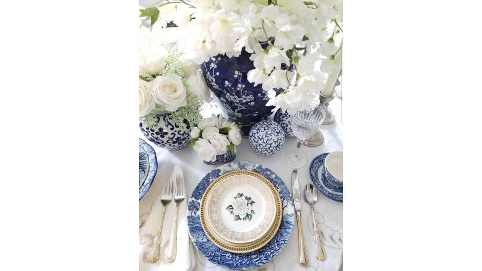 Ta-da! This is the place setting that received the most votes in our latest Reader Challenge.