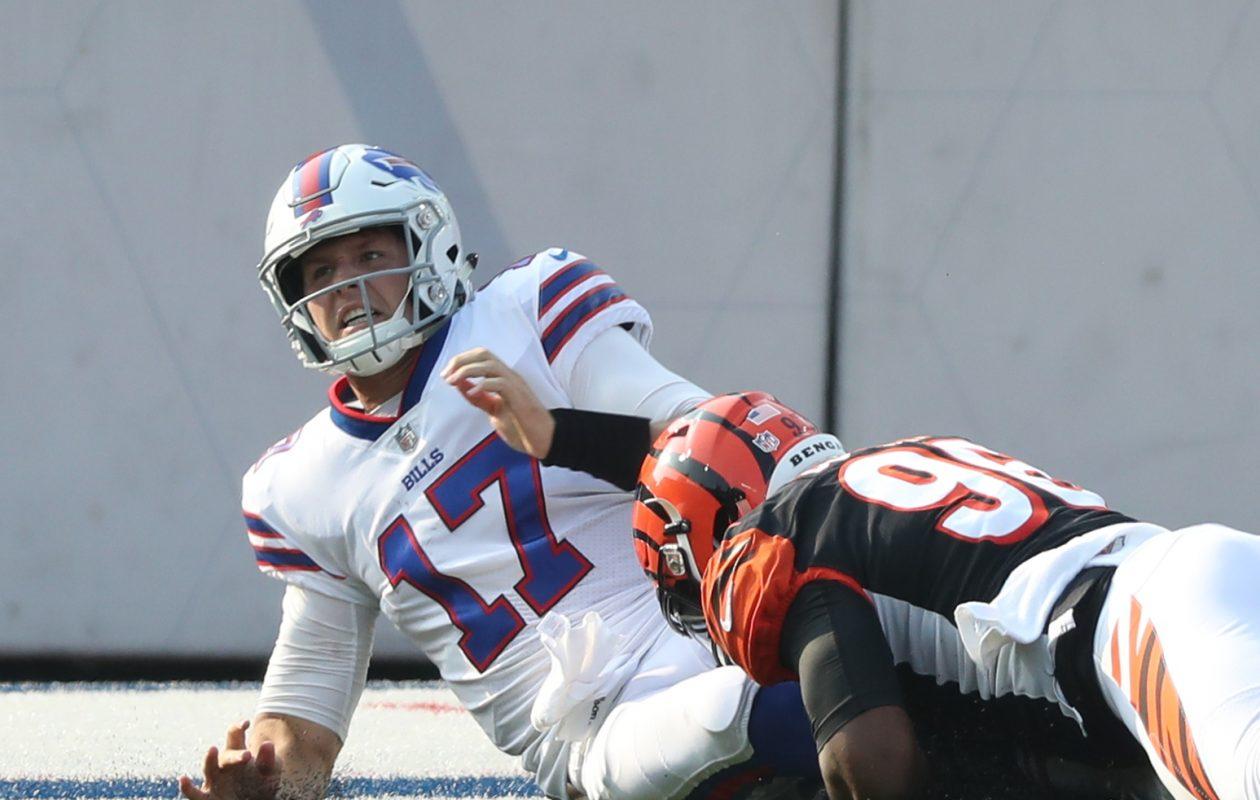 Bengals defensive end Carlos Dunlap (96) tackles Bills quarterback Josh Allen (James P. McCoy/Buffalo News)