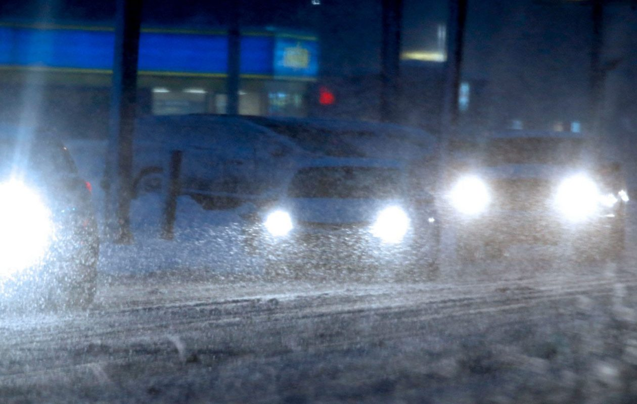 Snow falls during the afternoon commute in Amherst. (Robert Kirkham/Buffalo News)