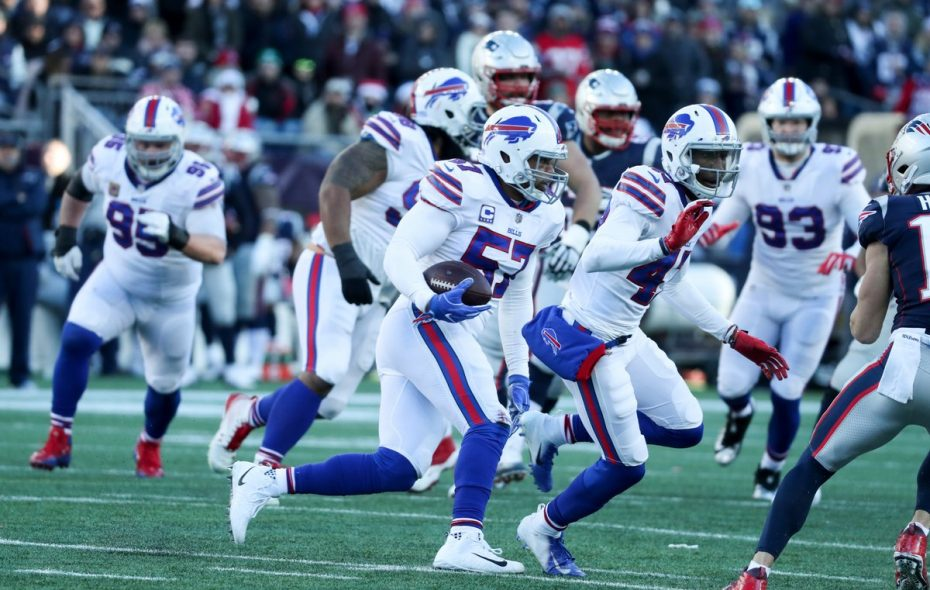 Bills linebacker Lorenzo Alexander signed a one-year contract extension Wednesday. (James P. McCoy/Buffalo News)