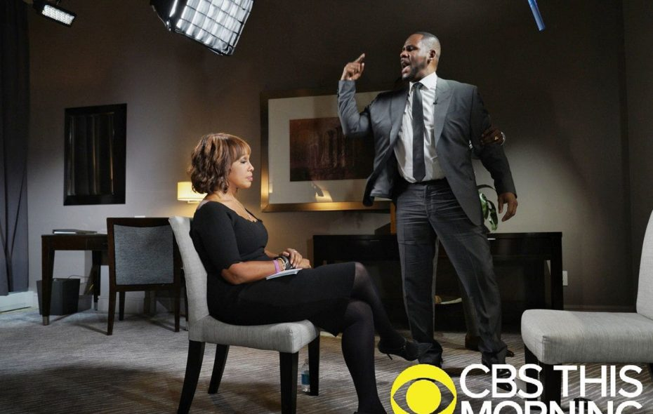 """Singer R Kelly towers above Gayle King during an interview on """"CBS This Morning."""" (Lazarus Jean-Baptiste/CBS)"""
