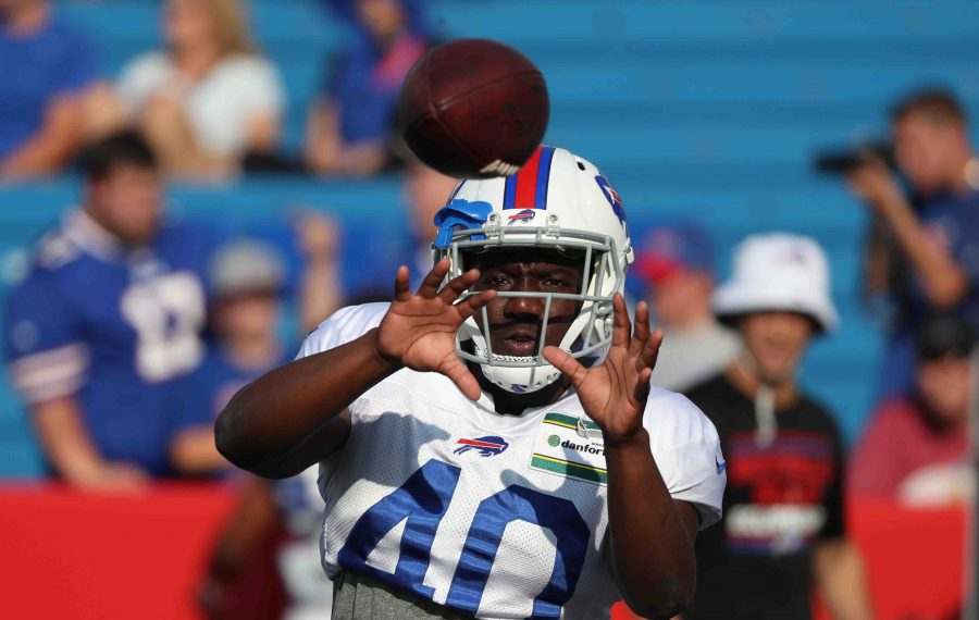 Bills running back Devin Singletary catches a pass in a drill. (James P. McCoy/Buffalo News)