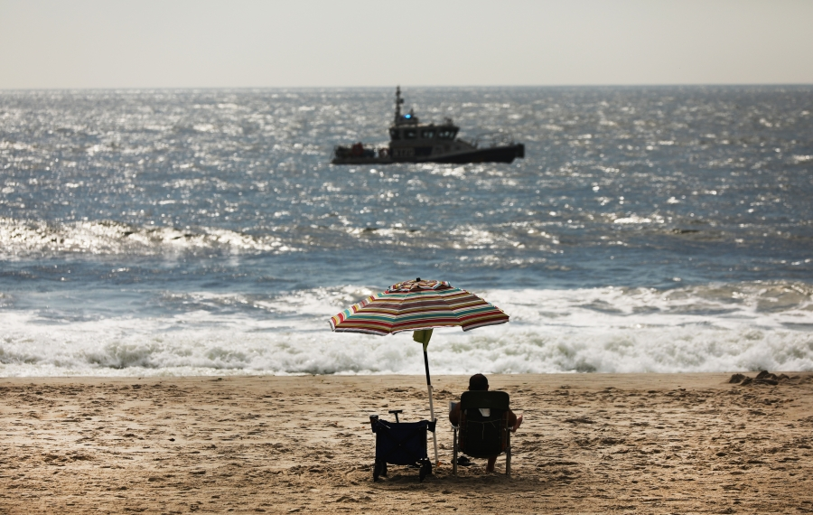 People enjoy the unseasonably warm weather on Oct. 02 New York City. (Spencer Platt/Getty Images)