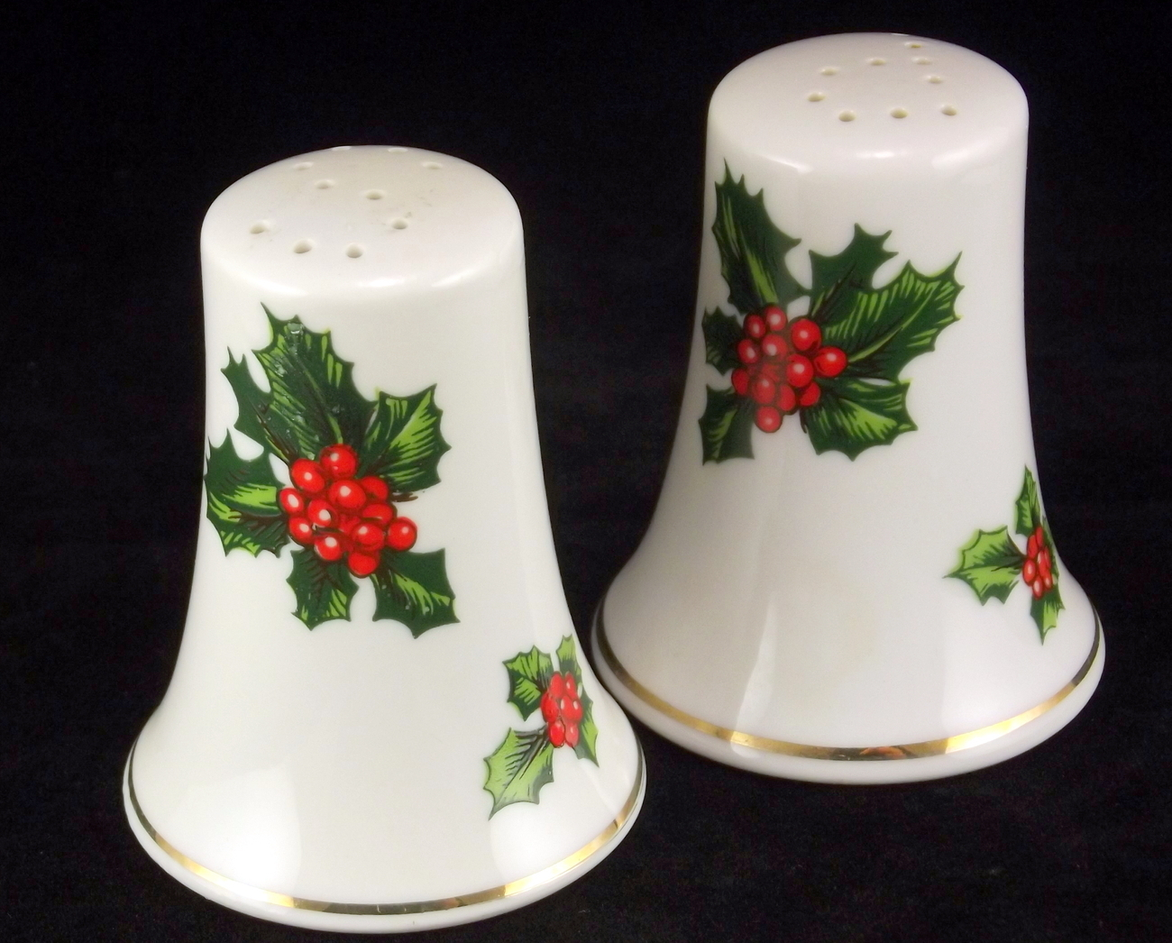 Lefton_holly_berry_porcelain_salt_pepper_set_5