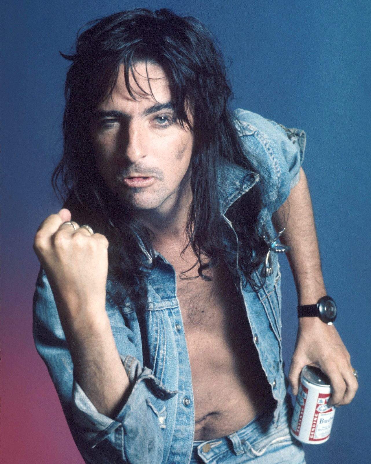 INGRESOS, REGISTROS - Página 5 Alice_Cooper_Drinking_a_Budweiser_Beer_Studio_Promotional_Portrait_Photo