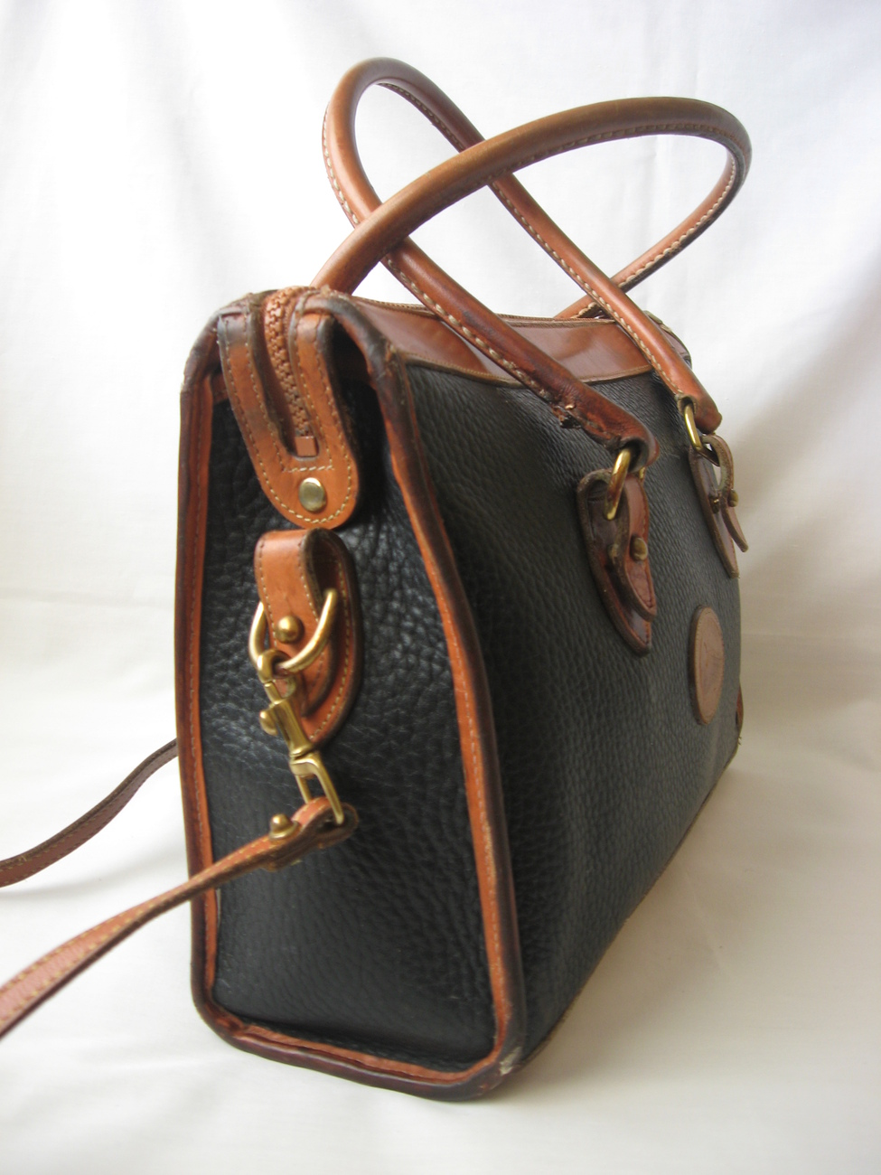With QVC's classic collection of designer purses from Dooney & Bourke, impeccable crossbody, hobo, and satchel bags are only part of our sophisticated selection of leather handbags. Size up our mini bags as well, making their mark with a uniquely smaller shape.