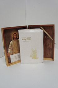 The Holy Bible Red Letter Memorial Edition (with Latched Wooden Box, Zippered Boards and Leatherette Binding)