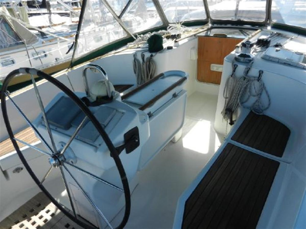 Photo8 2000 BENETEAU  Cruising Sailboat 681627