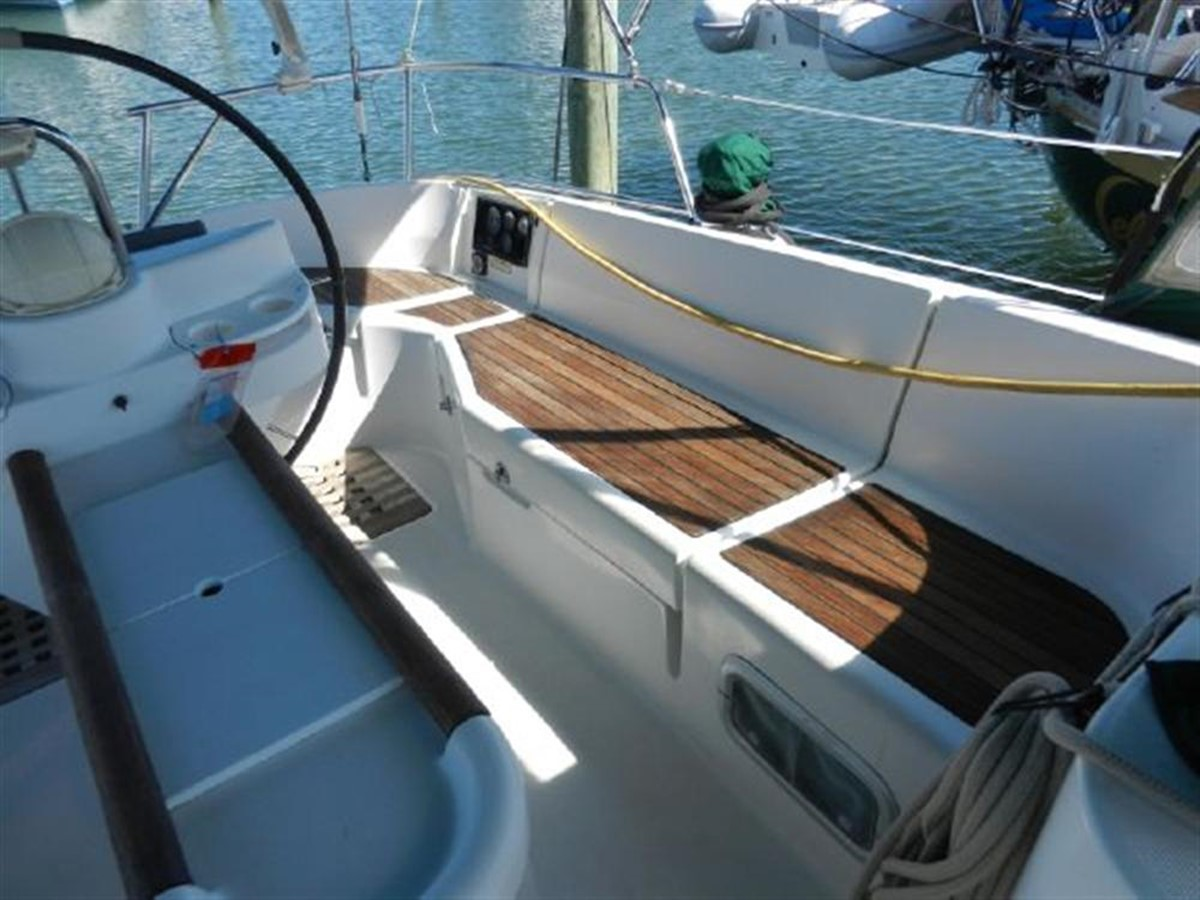 Photo11 2000 BENETEAU  Cruising Sailboat 681631