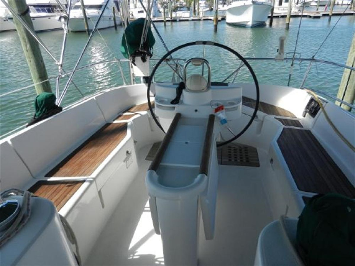 Photo18 2000 BENETEAU  Cruising Sailboat 681639