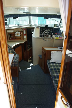 Interior looking forward 1986 SEA RAY SRV 300 Cruiser 1195121