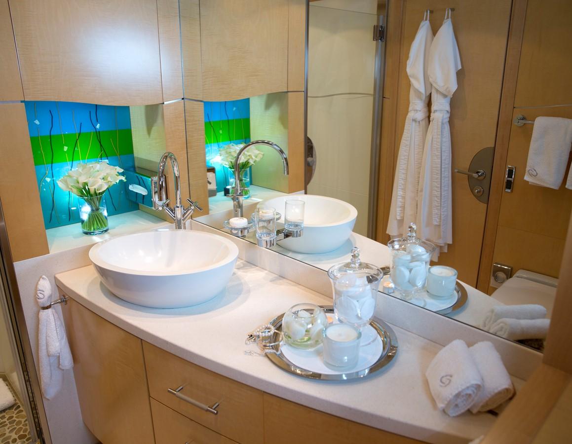Guest bathroom 2008 BENETTI Tradition 100 Tri-Deck 1882160