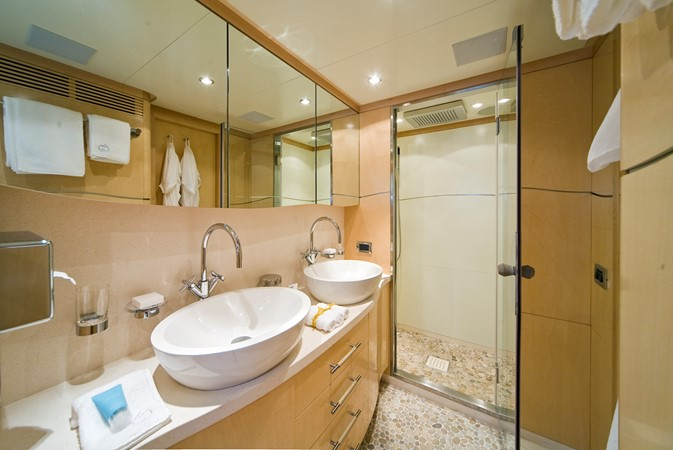 Guest bathroom 2008 BENETTI Tradition 100 Tri-Deck 1882158