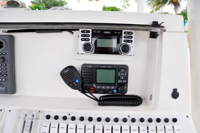 ICOM VHF (New) and Stereo System 2005 FOUNTAIN Tournament Edition Center Console 1619957