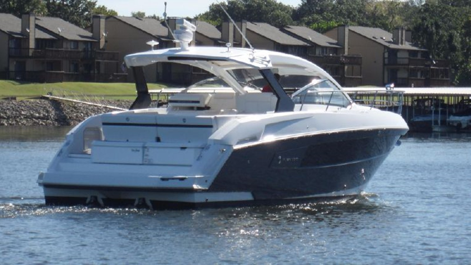 2016 CRUISERS YACHTS 390 Express Coupe Motor Yacht 2470821