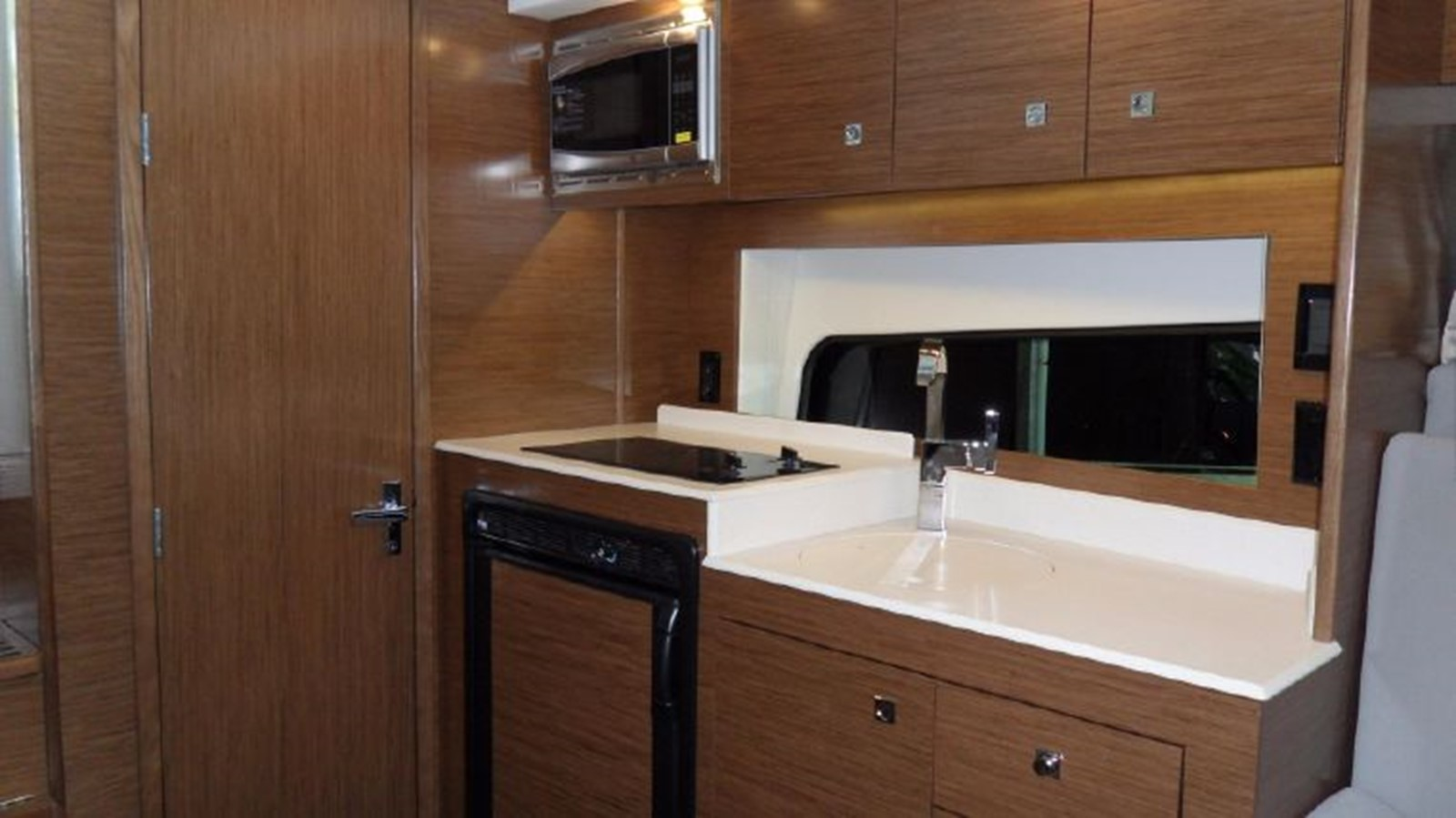 2016 CRUISERS YACHTS 390 Express Coupe Motor Yacht 2470835