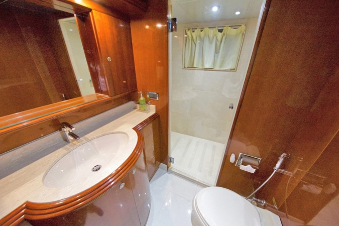 LOWER DECK – GUEST STATEROOM'S BATHROOM 1 1984 BENETTI  Displacement 1935975
