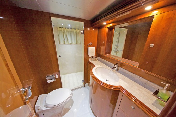 LOWER DECK – GUEST STATEROOM'S BATHROOM 2 1984 BENETTI  Displacement 1935977