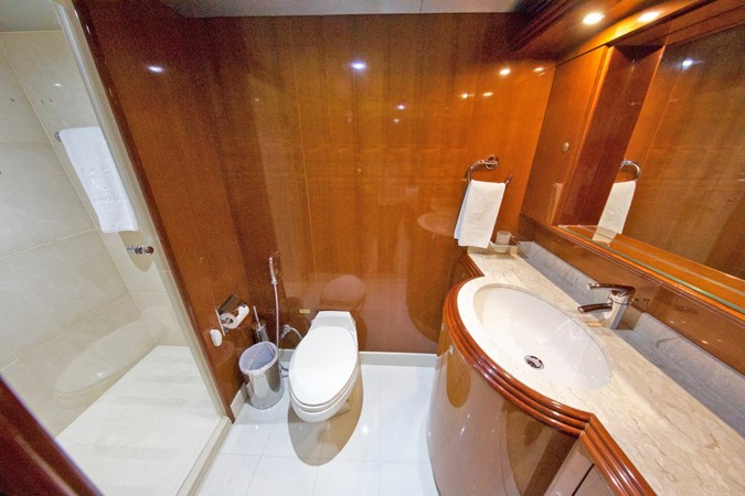 LOWER DECK – GUEST STATEROOM'S BATHROOM 3 1984 BENETTI  Displacement 1935979