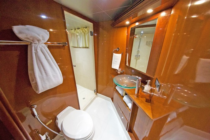 LOWER DECK – GUEST STATEROOM'S BATHROOM 4 1984 BENETTI  Displacement 1935981