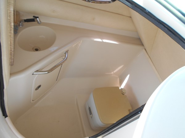 2005 SEA RAY 240 Sundeck Runabout 1962346