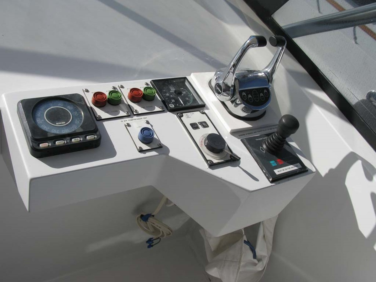 Flybridge Console to Starboard 2001 BROWARD Raised Pilothouse MY  2193606
