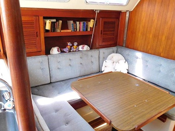 36&apos Catalina convertible dining table and settee  1986 CATALINA 36  2195611