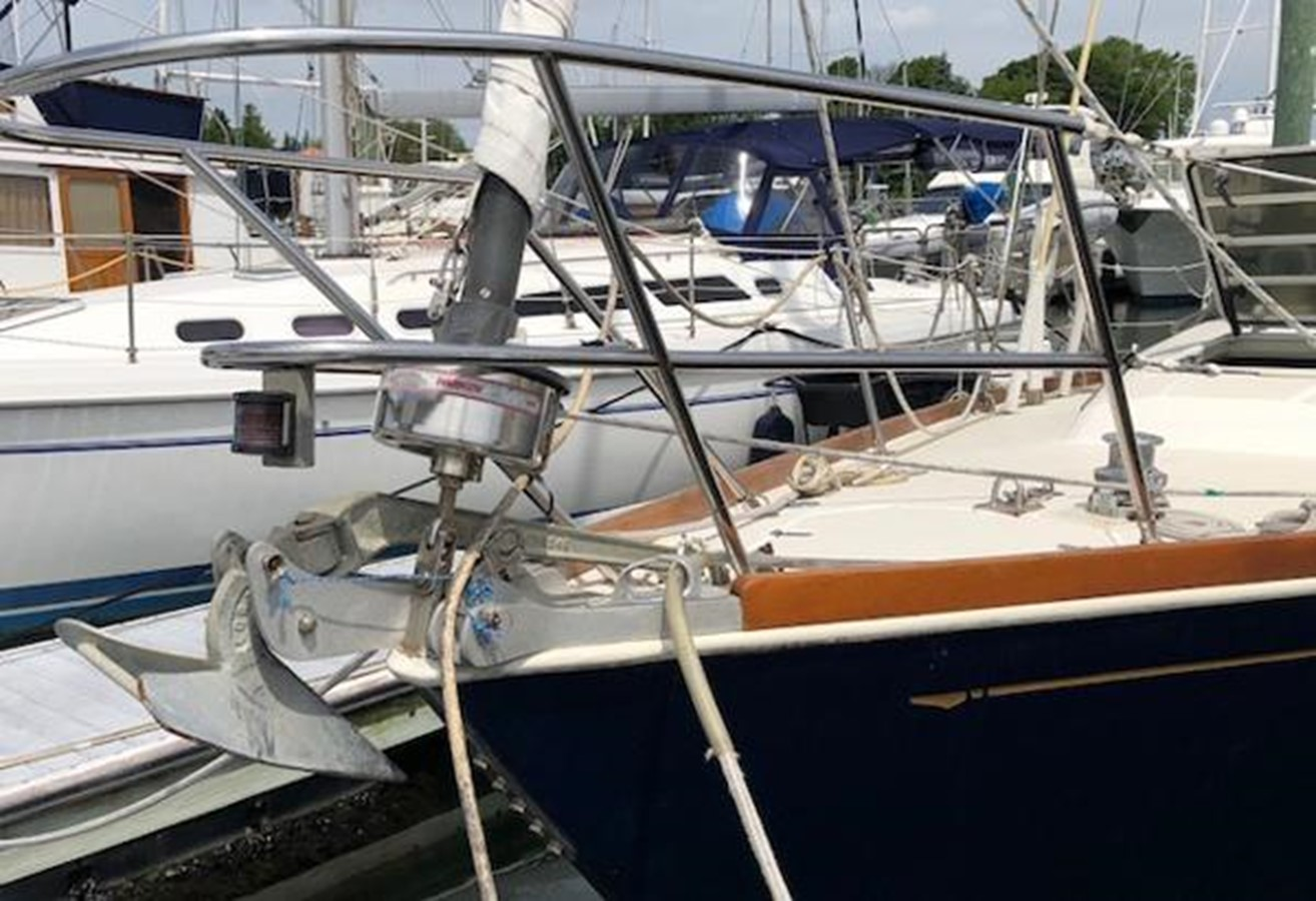 Stemhead with optional second bow roller 1989 SABRE YACHTS 38 MKII Sloop 2207631