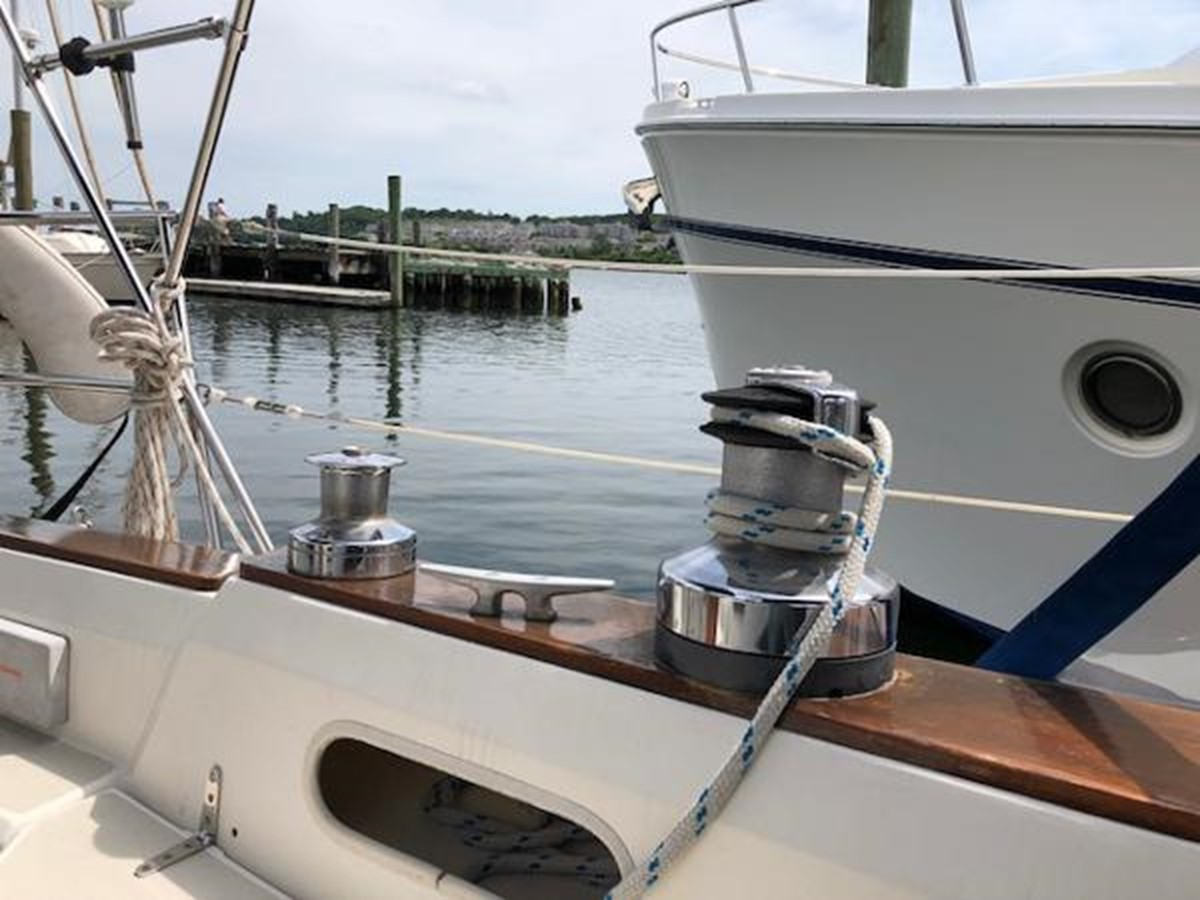 Port side cockpit winches 1989 SABRE YACHTS 38 MKII Sloop 2207642
