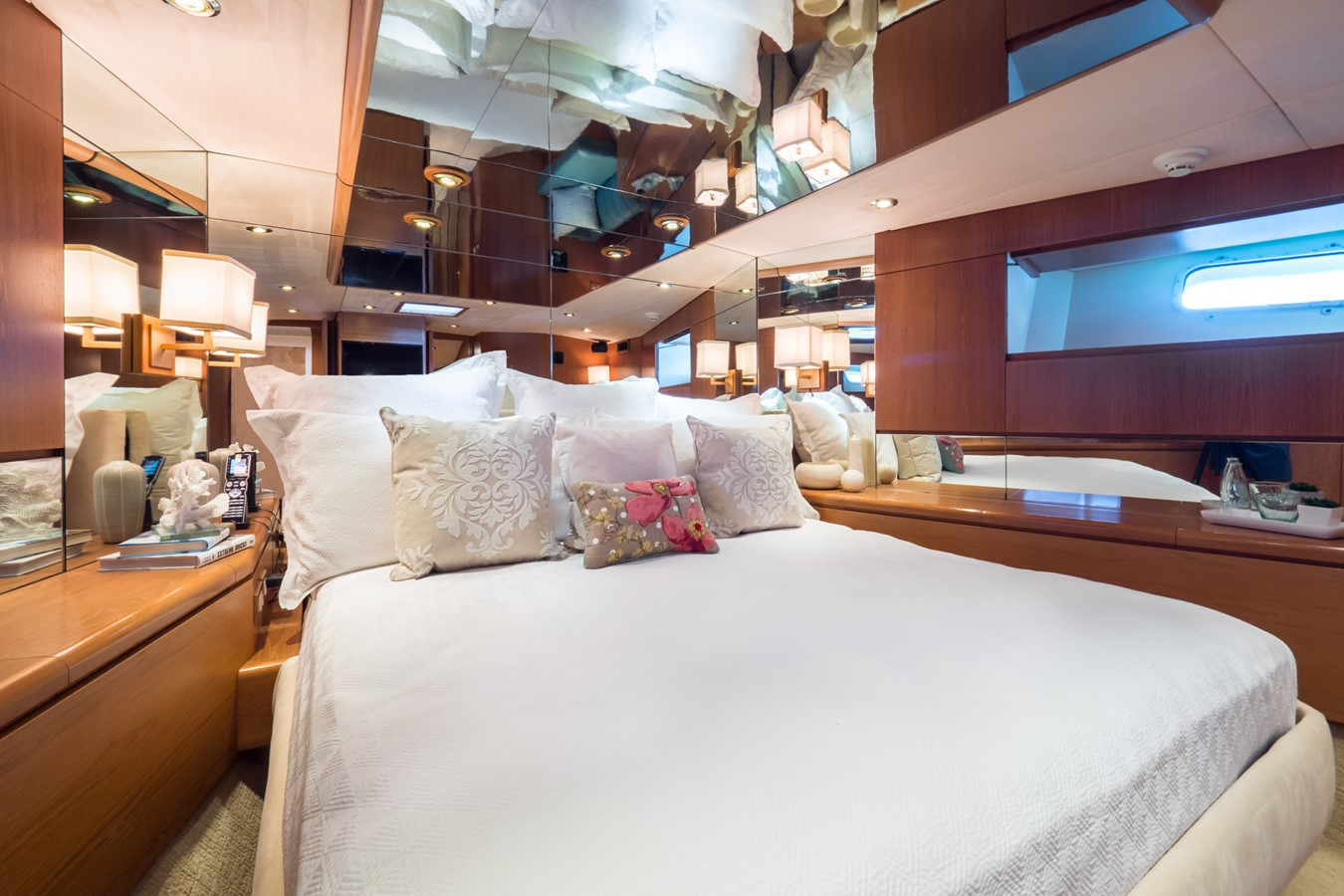 Master Looking to Starboard 1985 FEADSHIP Yacht Fisherman Sport Fisherman 2313205