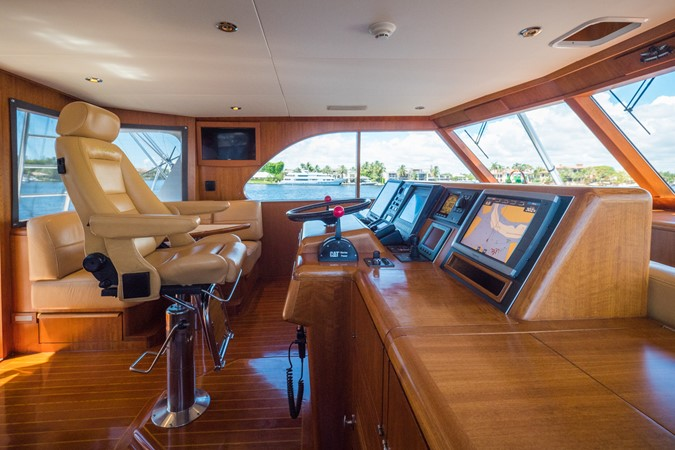 Helm Looking to Port 1985 FEADSHIP Yacht Fisherman Sport Fisherman 2313218