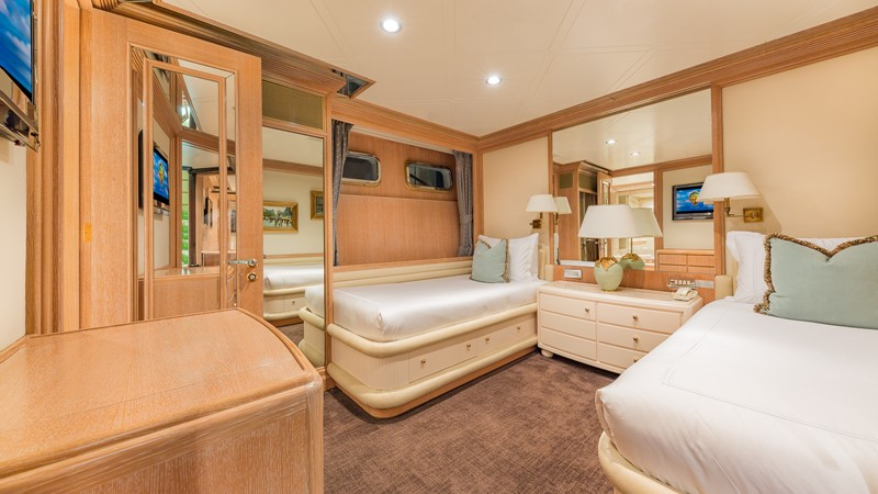 1997 FEADSHIP  Displacement 2420622