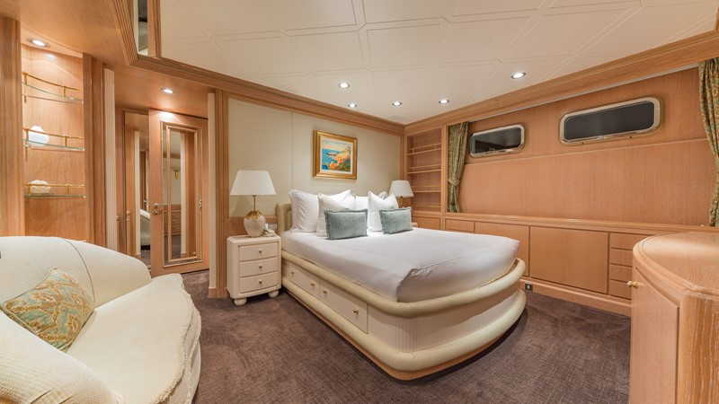 1997 FEADSHIP  Displacement 2420625
