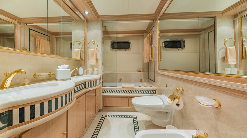 1997 FEADSHIP  Displacement 2420626