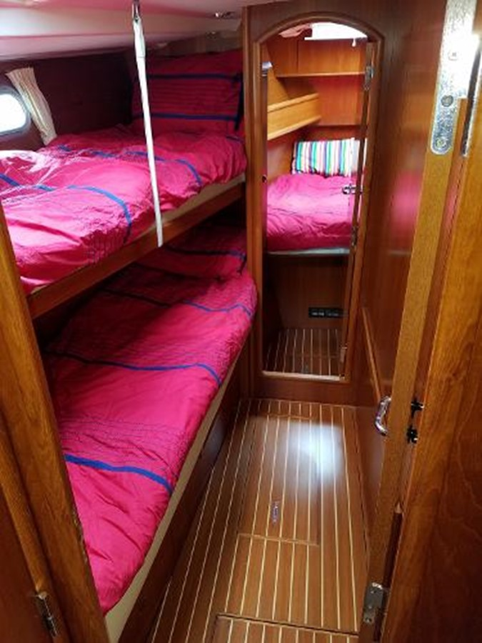 Lateral Guest Berths on Port 2009 JEANNEAU DS 54  2309377