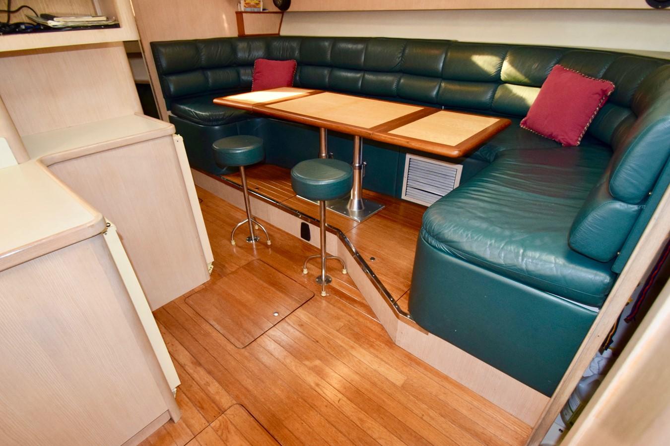 Dinette 1995 TIARA 40 Express Cruiser 2661680