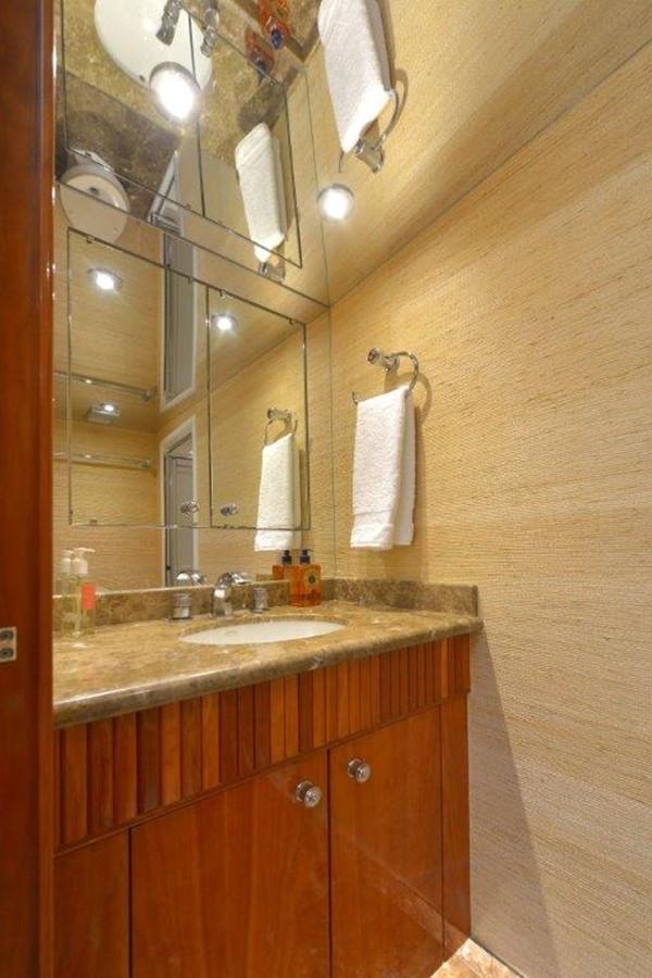 Guest Bath 2003 HATTERAS Convertible Enclosed Bridge Sport Fisherman 2434625
