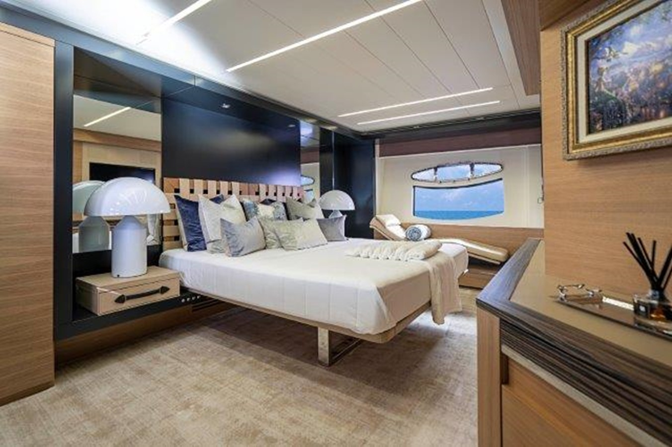 Master Stateroom 2014 PERSHING  Motor Yacht 2431294