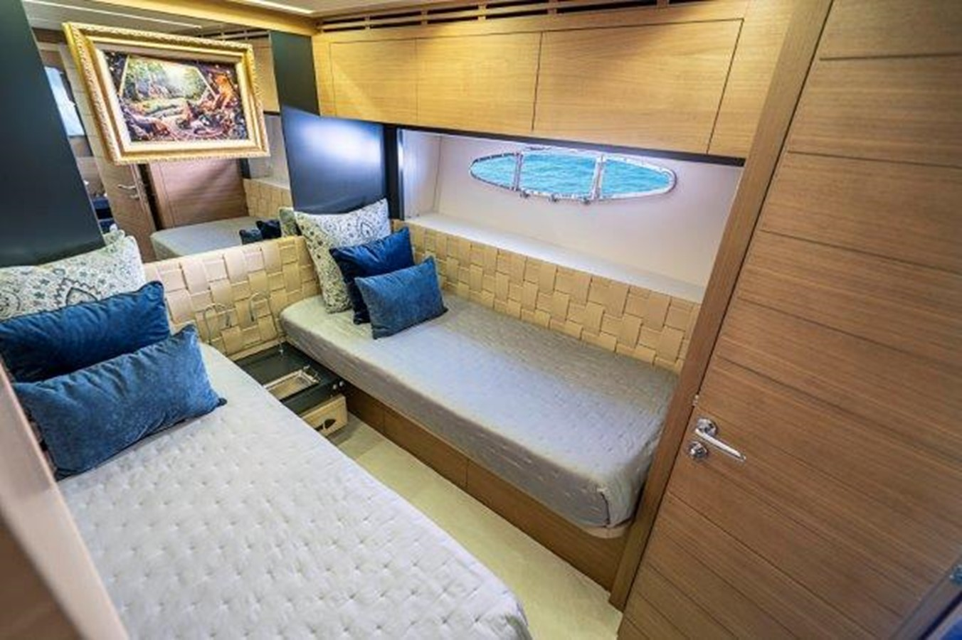 Guest Stateroom 2014 PERSHING  Motor Yacht 2431299