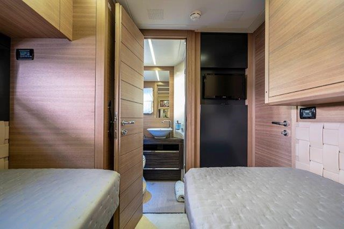 Guest Stateroom 2014 PERSHING  Motor Yacht 2431300