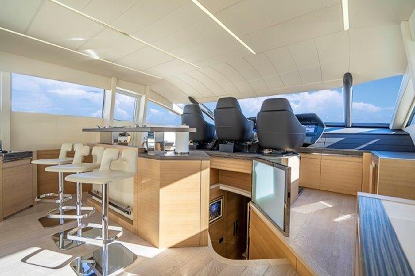 Lower Helm 2014 PERSHING  Motor Yacht 2431317