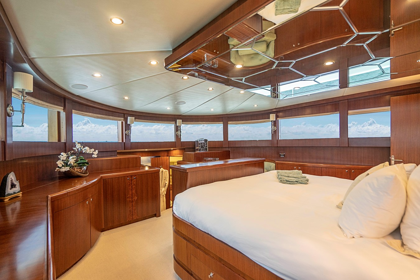 2009 JOHNSON raised pilothouse Motor Yacht 2484282