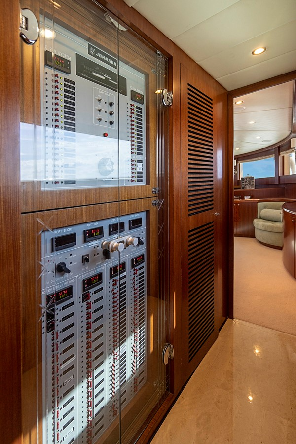 2009 JOHNSON raised pilothouse Motor Yacht 2484303