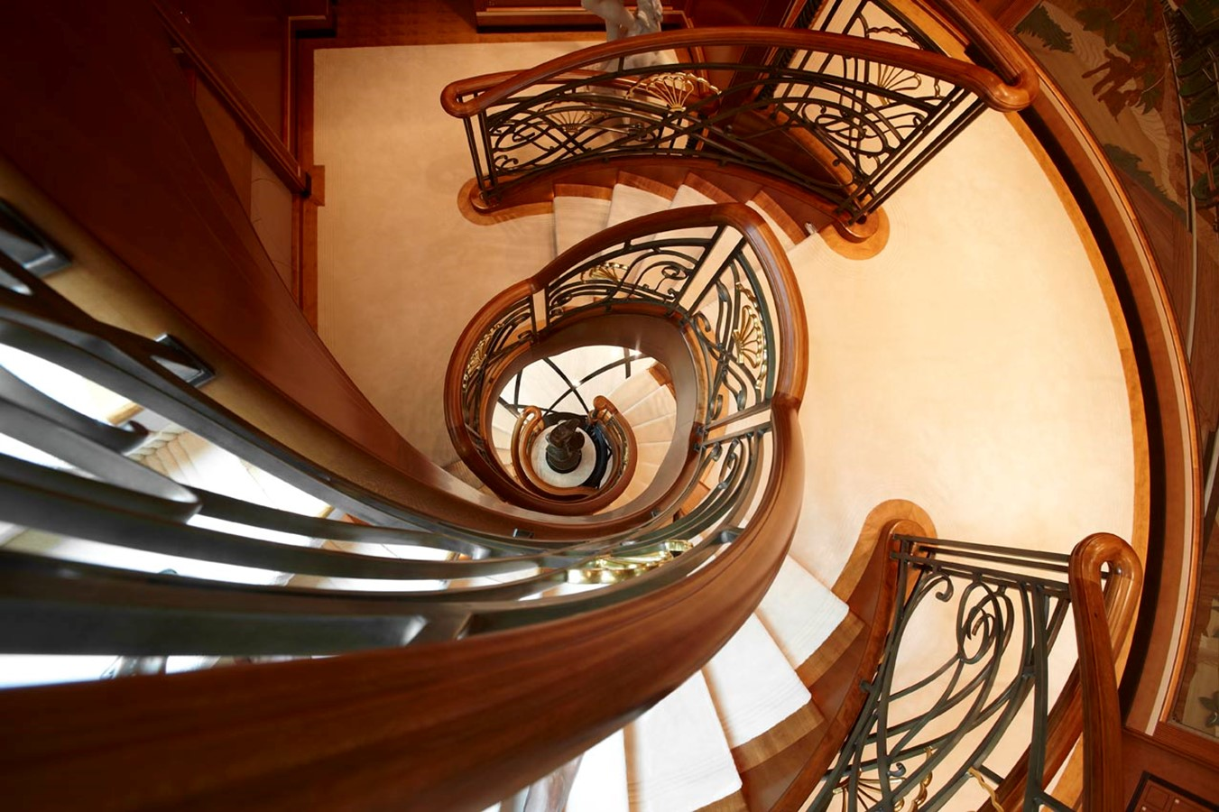 Center Stairwell - 223 FEADSHIP For Sale